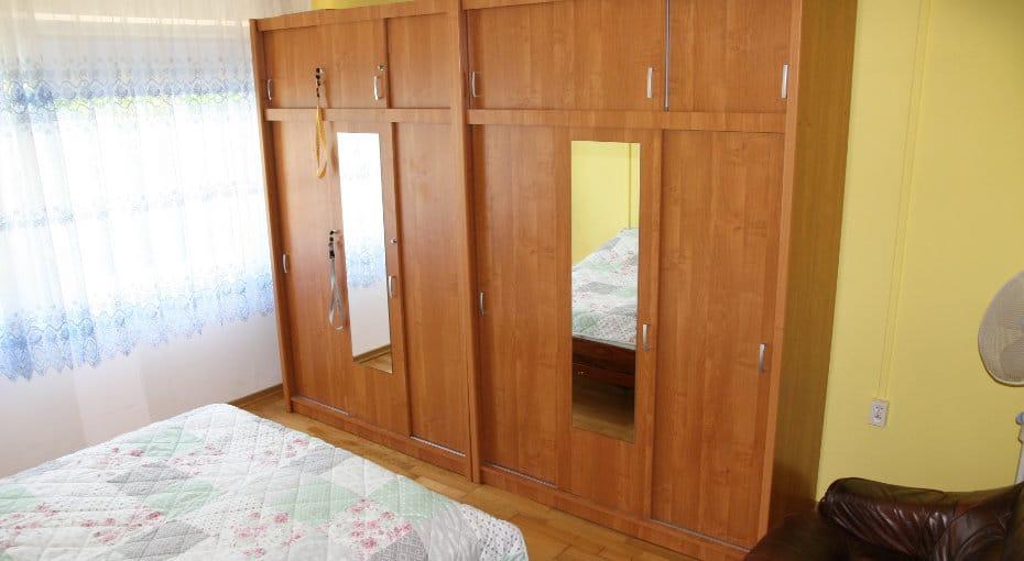 szafa w pierwszej sypialni
