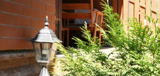zdjęcie wejścia do domku